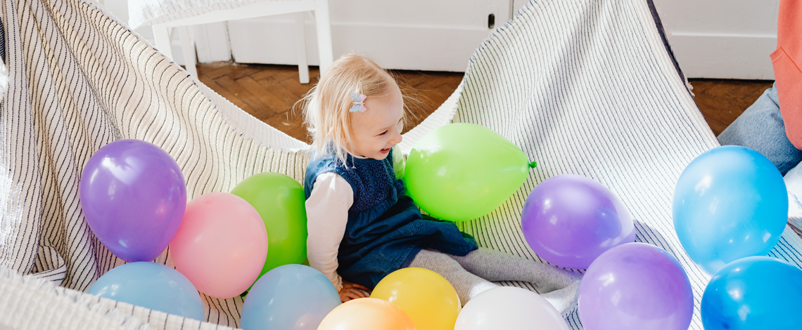 Child-playing-with-balloons
